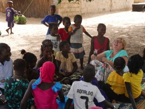 Mit ihrer Gruppe beim Verkosten der Trockenfrüchte. Die Freude an der gemeinsamen Arbeit ist allen anzusehen.